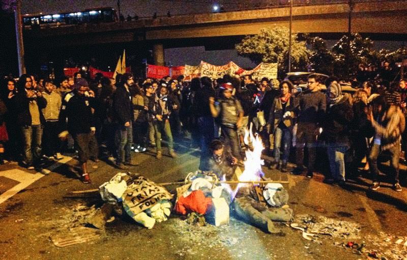 Donos da mídia são queimados pelo povo na Marginal Pinheiros